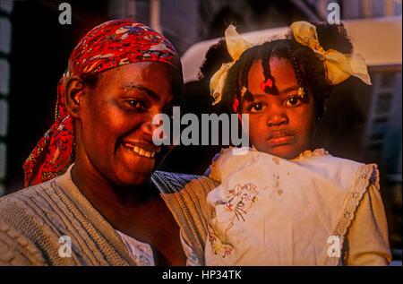 Mutter und Tochter, in Obispo Straße, Alt-Havanna, La Habana, Kuba - Stockfoto