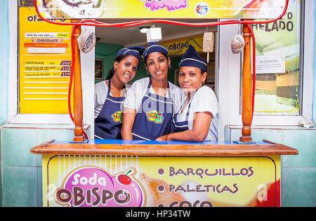 Frauen, Arbeiter von Soda Obispo, einer Eisdiele, in der Obispo Straße, Habana Vieja Bezirk, La Habana, Kuba - Stockfoto
