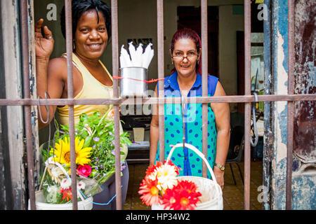 Frauen verkaufen Blumen und Kerzen für afro kubanische Religion Riten, Stall, Stand, Centro Habana Bezirk, La Habana, - Stockfoto