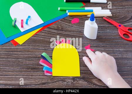 Das Kind schneidet die Einzelheiten der Anwendung. Grußkarte Ostern Hahn handgefertigt. Kinder Art Project, Handarbeiten, - Stockfoto