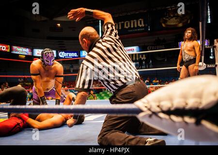 Ringer durchführen in einem Lucha Libre-Event in Guadalajara Arena Coliseo, Guadalajara, Jalisco, Mexiko - Stockfoto