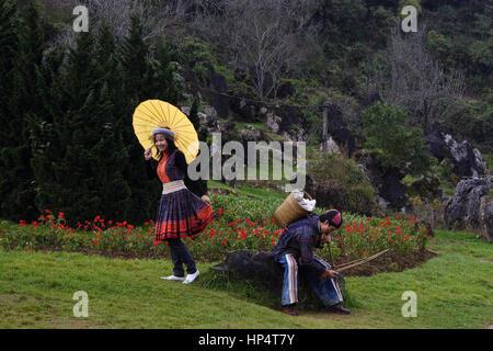 Sapa-Hochzeit. Nur verheiratete Paare traditionell beim Foto-shooting tragen traditionelle Hochzeit Outfits in Sapa, - Stockfoto