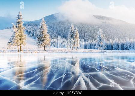 Blaues Eis und Risse auf der Oberfläche der. - Stockfoto