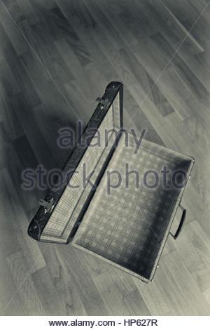 Alte Koffer Stillleben öffnen Holzboden - Stockfoto