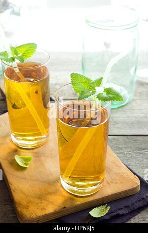 Kombucha Tee super Essen pro biotische Getränke in Gläsern mit Minze auf hölzernen Hintergrund - hausgemachte gesunde - Stockfoto