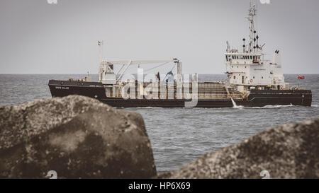Fischerboot vor der Küste von Newcastle beach - Stockfoto