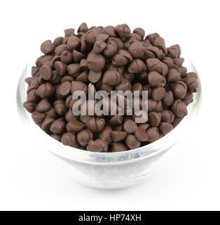 Schokolade-Chips in einer Schüssel isoliert auf weißem Hintergrund - Stockfoto