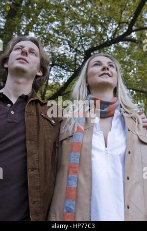 Model Release, Junges Paar Spaziert Im Herbstlichen Park - junges Paar zu Fuß durch einen park - Stockfoto