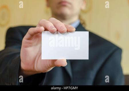 Menschliche Hand und Text Hinweis über Geschäftsmann Hintergrund - Stockfoto