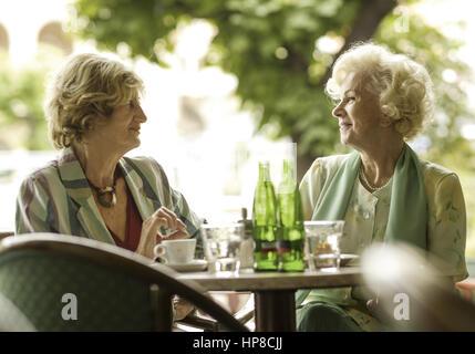 Zwei Seniorinnen einer im Strassencafe (Model-Release) - Stockfoto
