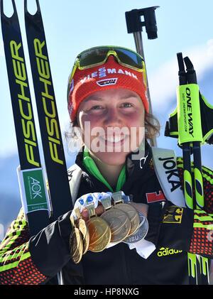 Hochfilzen, Österreich. 19. Februar 2017. Laura Dahlmeier aus Deutschland (1. Platz) feiert nach der Frauen 12,5 - Stockfoto