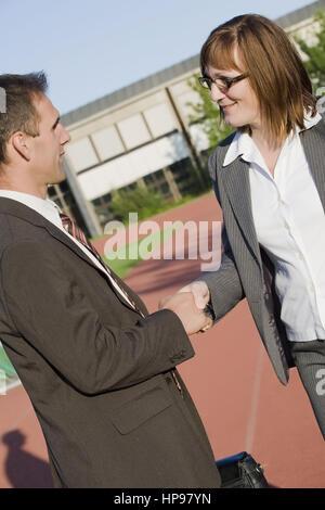 Model Release, Handschlag Zwischen Zwei Gesch? Ftspartnern - Handshake zwischen den Geschäftspartnern - Stockfoto