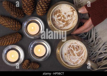 Becher mit cremigem Mokka (Kaffee und Schokolade) serviert auf Schiefer in einem gemütlichen englischen Haus - Stockfoto