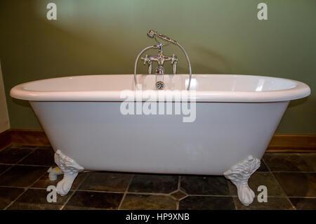 Vintage Art Footed Weiße Badewanne In Olivgrün Badezimmer Mit Schiefer  Fliesen   Stockfoto