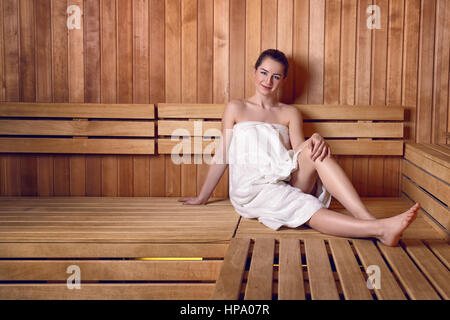 frau sitzt sauna l chelnd wellness 40 50 jahre abwehrkr fte infusion bademantel blick kamera. Black Bedroom Furniture Sets. Home Design Ideas