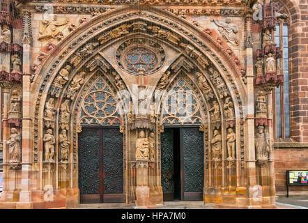Verzierten Eingang zur Kirche Notre-Dame - Stockfoto