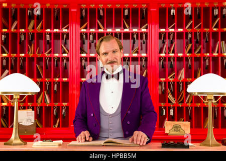 "Monsieur Gustave H. (Ralph Fiennes) die legendäre Concierge an der Rezeption in ""The Grand Hotel in Budapest"" (2014) - Stockfoto"