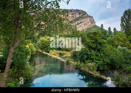 Krka Nationalpark Kroatien Europa. Schöne Landschaft mit Bergen, blauem Himmel und Wasserfall. - Stockfoto