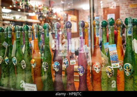 RAW von Limoncello-Likör-Flaschen, Venedig, Italien - Stockfoto
