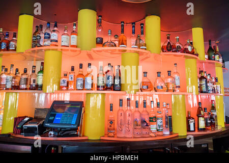 spirituosen regal in einem restaurant stockfoto bild 73473509 alamy. Black Bedroom Furniture Sets. Home Design Ideas