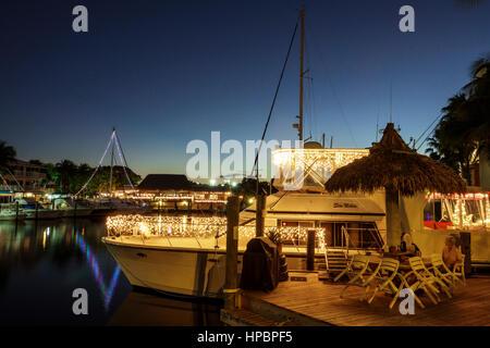 Key Largo Florida Upper Florida Keys Courtyard Key Largo am Wasser Kanal Marina Yacht Boot gleiten Palm Baum Dämmerung - Stockfoto