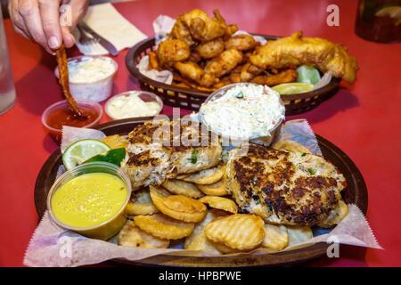 Key Largo Florida oberen Florida Keys Mrs Mac Küche Restaurant Meeresfrüchte essen in Essen Krabbenküchlein gebratenen - Stockfoto