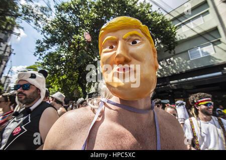 Brasilien-Nachtschwärmer beteiligen sich der jährliche Karnevalsumzug Block in der Hauptstraße in Sao Paulo, Brasilien - Stockfoto