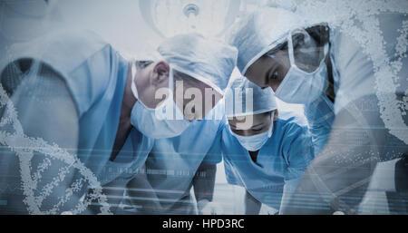 Panoramablick über Helix Muster Displayeinstellung Gerät gegen Gruppe von Chirurgen, die Operation im OP-Saal - Stockfoto