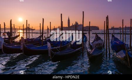 Gondeln Linie die Bank auf dem Markusplatz in Venedig bei Sonnenaufgang