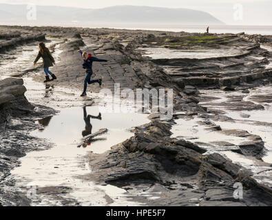 Kilve Strand, Somerset, UK. Hier wird das Quantocks und Meer aufeinander treffen und es gibt einige wunderbare Felsformationen - Stockfoto
