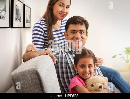 Porträt des jungen Familienglück im Sofa sitzen - Stockfoto