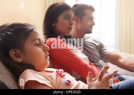 Mädchen vor dem Fernseher mit ihren Eltern - Stockfoto