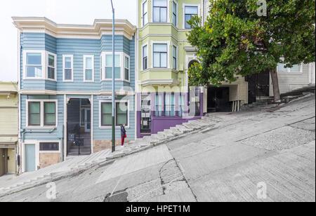 Klassische urban Szene des historischen bunte Gebäude entlang einer der steilsten Straßen San Franciscos in der - Stockfoto