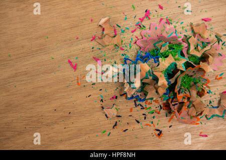 Nahaufnahme der Buntstift Späne auf hölzernen Hintergrund - Stockfoto