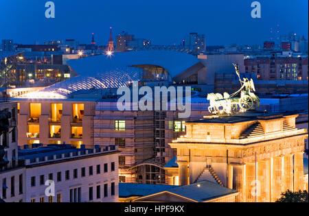DZ Bank Gebäude, von Gehry und Brandemburgo Tor. Berlin. Deutschland - Stockfoto