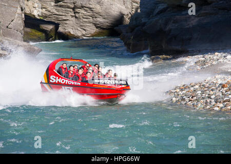Queenstown, Otago, Neuseeland. Shotover Jet Boot aus schmalen Canyon auf dem Shotover River. - Stockfoto