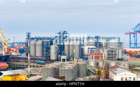 Fracht-Kran und Getreide Trockner im Hafen Odessa, Ukraine