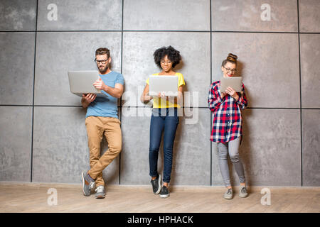 Mitarbeiter arbeiten im Innenbereich - Stockfoto