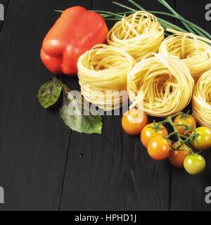 Nudeln und Gemüse auf schwarzem Hintergrund, Exemplar - Stockfoto
