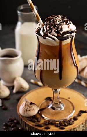 Eiskaffee mit geschlagener Sahne und Schokolade Sirup - Stockfoto