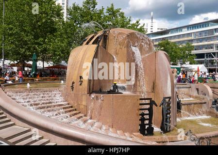 Europa Platz Brunnen dekoriert mit kleinen Figuren, Berlin, Deutschland. - Stockfoto
