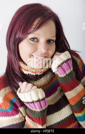 Model Release, Junge, Rothaarige Frau Im Bunton Rollkragenpullover - junge, rote kurzhaarige Frau im Rollkragenpullover - Stockfoto