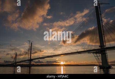 Sunset View mit Sonne im Wasser über Queensferry Kreuzung im Bau wider, Erhabene, Schottland, Großbritannien, von - Stockfoto