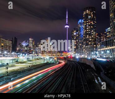 Toronto Skyline von Bathurst St. zeigen Spuren der Lichter gebildet von National Rail (lange Exposition Schuss) - Stockfoto