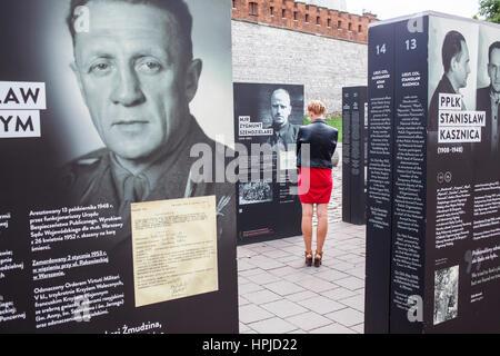 Straße Ausstellung in Droga Do begegnen, über die Entdeckung von Massengräbern mit Toten durch das kommunistische - Stockfoto