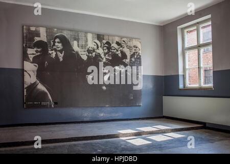 KZ. Ausstellung, in einem Haus, wo die Gefangenen lebten, Auschwitz. Polen. - Stockfoto