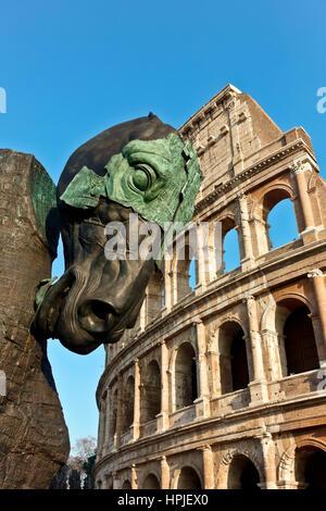 Hohen Ross Skulptur Teil Lapidarium Projekt (von Gustavo Aceves) an Kolosseum in Rom. Eine Nachricht gegen Fremdenfeindlichkeit. - Stockfoto