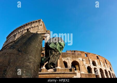 Hohe pferdeskulptur Teil Lapidarium Projekt (von Gustavo Aceves) am Kolosseum Rom. Eine Meldung gegen Fremdenfeindlichkeit. - Stockfoto