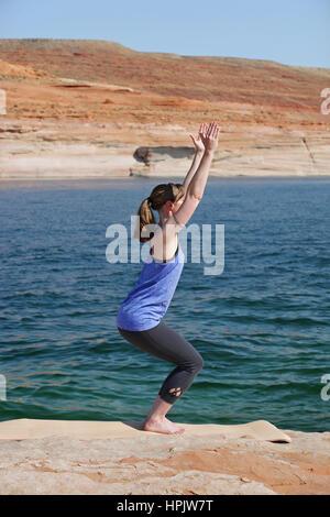 Frau praktizieren Yoga See - Stockfoto