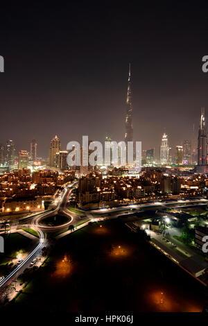 Skyline von Dubai in der Nacht vom Südgrat in Business Bay, Dubai, Vereinigte Arabische Emirate - Stockfoto